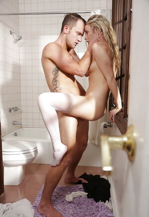 Deluxe cheerleader in stockings seduces stepbrother in the shower room