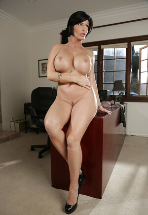 Mind-boggling businesswoman Shay Fox demonstrates colossal body in the office