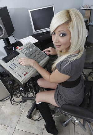 Aspiring blonde singer shows producer cunt to make him record a song